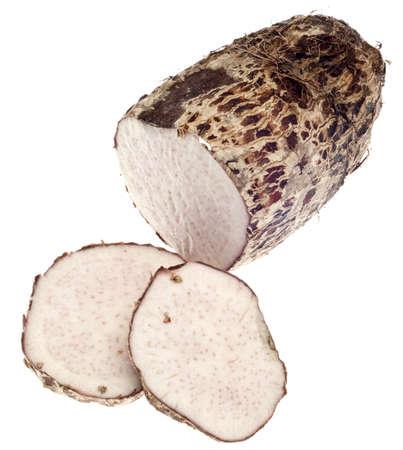 planta de maiz: Hortalizas de raíz Yam Taro aislado en blanco con un trazado de recorte.
