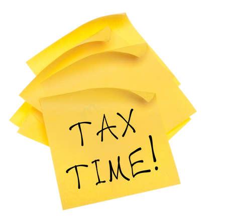 curled edges: Pila di Blank foglietti adesivi gialli con bordi arricciati e Tempo messaggi Tax. Isolato su bianco Archivio Fotografico