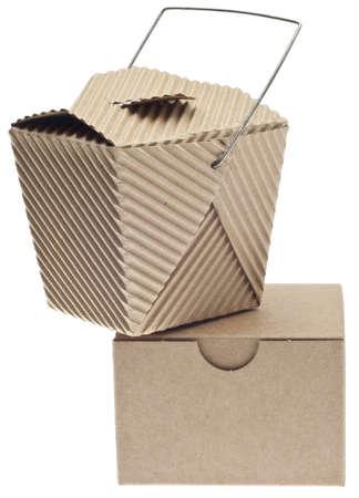 Emporter le récipient et la boîte dans le carton isolé sur blanc Banque d'images