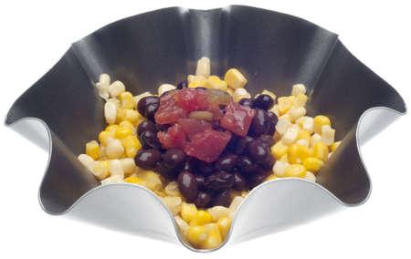 Mais, schwarze Bohnen und Tomaten in einer Schüssel auf weißem mit einem beschneidungspfad isoliert. Standard-Bild - 11354889