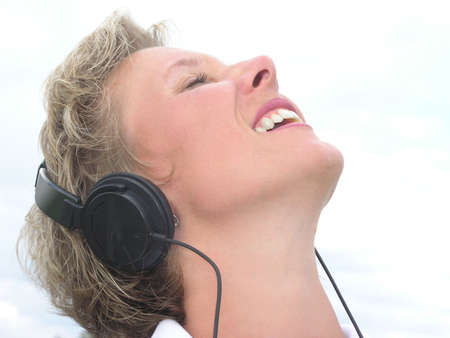 extase: Vrouw met zwarte hoofdtelefoon genieten van muziek