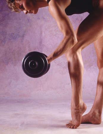 lifting weights: Pesos de elevaci�n de la mujer Foto de archivo