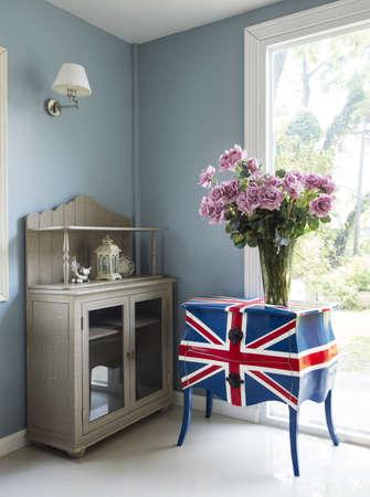 window shade: Sal�n moderno con flores sobre la mesa