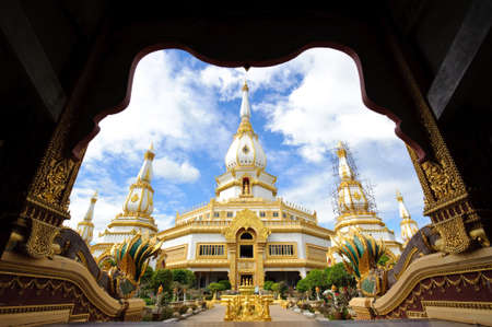 et: Phra Maha Chedi Chai Mongkol located on the premises of Wat Pha Namthip Thep Prasit Vararam, Roi Et, Thailand
