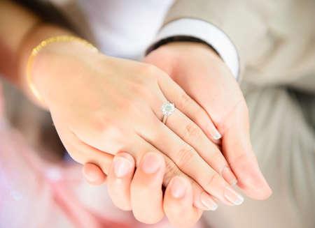 c�r�monie mariage: Tenant la main avec bague en diamant