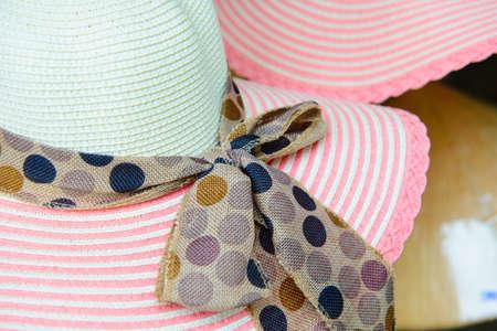 straw hat: Cappello di paglia di colore