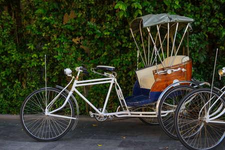 Rickshaw einen Mann angetrieben Transportmittel in Chiang Mai, Thailand