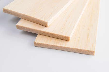 carpintero: Tablón de madera de balsa en el fondo blanco