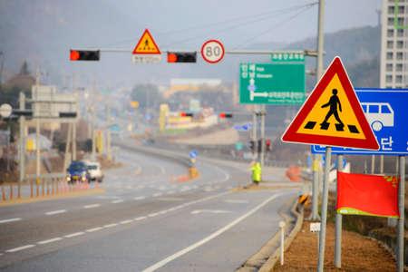 senda peatonal: Cruce con la calle vacía en el fondo Foto de archivo