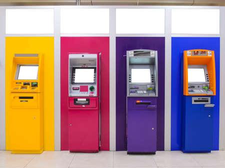 Distributeur de billets de banque ATM de différentes couleurs de côtés
