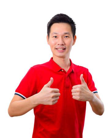 Retrato de hombre asiático guapo dando doble pulgar hacia arriba sobre fondo blanco.