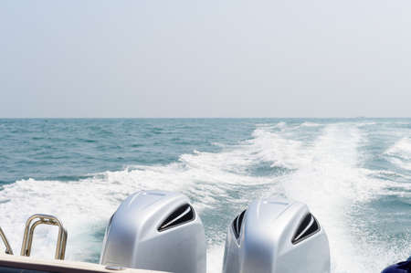 Speed boat engines with full speed drive