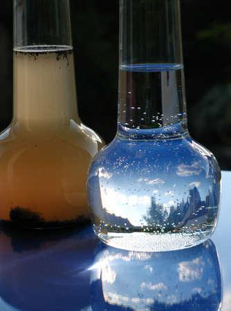 contaminacion del agua: Jarra de agua limpia y sucia Foto de archivo