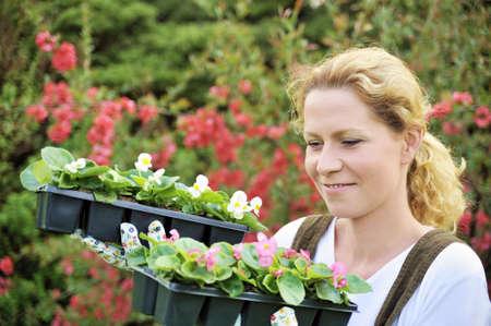 replant: Donna con contenitore vegetali coltivati