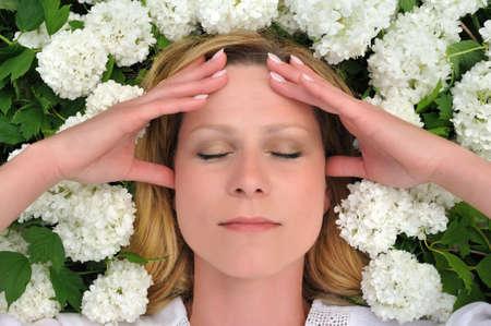 dolor de cabeza: Joven puesta en flores - bolas de nieve Foto de archivo