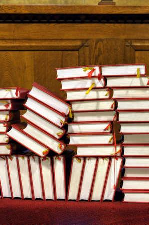 hymnal: Innari e libri di preghiera - pila Archivio Fotografico