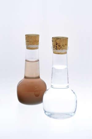 contaminacion del agua: Muestra de agua limpio y sucio aislado Foto de archivo