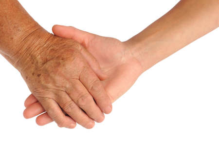 apoyo familiar: Manos de las mujeres j�venes y mayores - ayudando concepto de mano - trazado de recorte incluidos