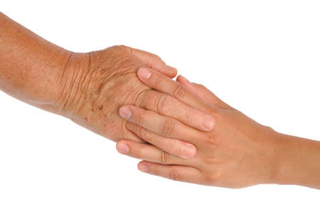 Manos de las mujeres jóvenes y mayores - ayudando concepto de mano - trazado de recorte incluidos