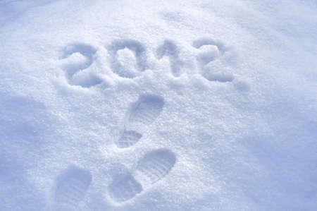 foot step: Passo piede stampare nella neve - concetto di nuovo anno 2012 Archivio Fotografico