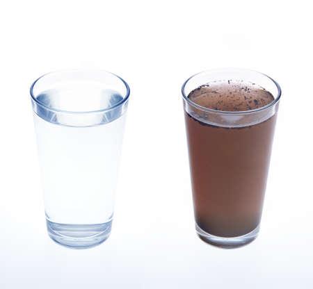 filtración: Limpiar y sucio agua de beber de vidrio - concepto Foto de archivo
