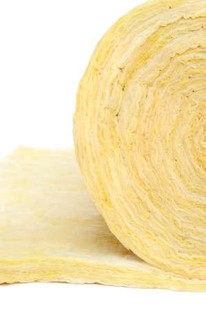 fibra de vidrio: Rollo de material aislante de fibra de vidrio, aislado en fondo blanco