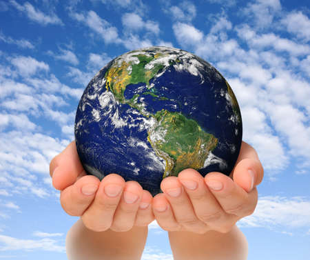 manos levantadas al cielo: Mujer que sostiene el globo en sus manos, Sur y Norteam�rica Imagen cortes�a de NASA la Tierra