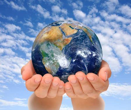 manos levantadas al cielo: Manos de mujer con globo, �frica y el Cercano Oriente imagen cortes�a de la Tierra de la NASA