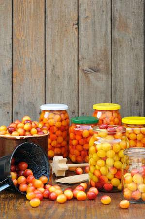 ciruela pasa: Preservar ciruelas Mirabelle - tarros de conservas de frutas casera - Mirabelle ciruela Foto de archivo