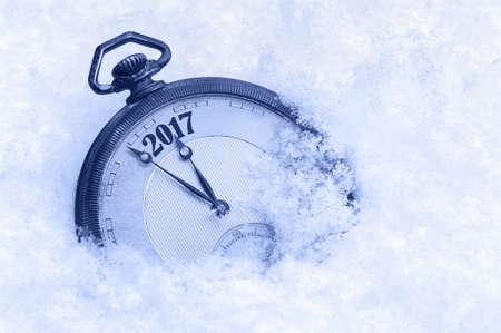 calendario diciembre: 2017 Año Nuevo, reloj de bolsillo en la nieve, Año Nuevo tarjeta de felicitación 2017