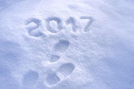 frohes neues jahr: Neues Jahr 2017 Gruß, Fußspuren im Schnee, neues Jahr 2017, 2017 Grußkarte Lizenzfreie Bilder