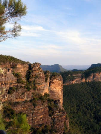 A view into the Jamison Valley at Katoomba in the Blue Mountains west of Sydney 스톡 콘텐츠 - 136470054