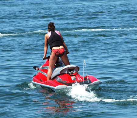 moto acuatica: ni�a en un jet ski