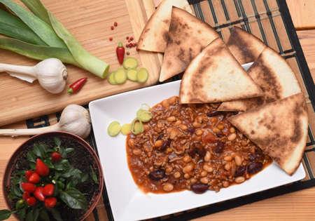 Chilli con carne com pimenta, garlicsr e tortillas
