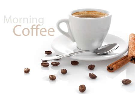 tazas de cafe: taza de café con canela aisladas sobre fondo blanco