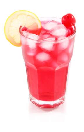 bebidas alcoh�licas: C�ctel de cereza con hielo y lim�n en el vaso aislado sobre fondo blanco