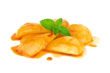 amoníaco: pera caramelizada con salsa de coñac con hojas de menta. Aislado en el fondo blanco Foto de archivo