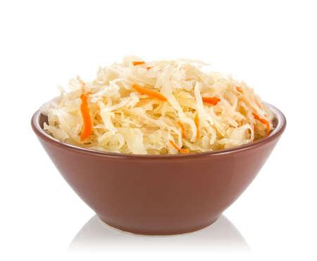 白い背景に分離されたセラミック鍋にキャベツの酢漬け 写真素材