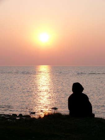 arbol de problemas: Retrato de humanos en el oc�ano viendo la preciosa puesta de sol