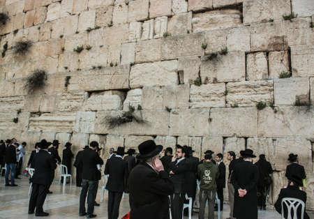 Klagemauer Jerusalem wird auch als Klagemauer oder Mauer des Weinens bezeichnet. Es ist eine der heiligsten Stätten für Juden und befindet sich am Jerusalemer Tempelberg, der auch von Muslimen als eine ihrer wichtigsten heiligen Stätten bezeichnet wird. Die Klagemauer ist glaubwürdig Standard-Bild - 99367878