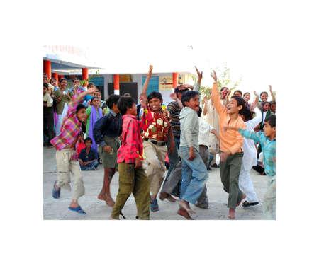 Ahmedabad, Gujarat, India - 3 de enero de 2006. peque�o grupo de ni�os ind�genas en la escuela del pueblo Vea sus colegas de mayor edad. Las actuaciones de los estudiantes y profesores de Ahmedabad, en Gujarat, India. 03 de enero 2006. Editorial