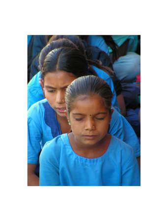 hindues: Ahmedabad, India - 12 de diciembre de 2005. Un pequeño grupo de niños indígenas en la escuela del pueblo está orando antes de la clase. La oración de recogimiento y el silencio de los niños de Ahmedabad, en Gujarat, India. 12 de diciembre 2005