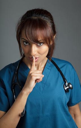 Aantrekkelijke Indiase arts vrouw poseren in een studio voor een achtergrond Stockfoto - 22288908