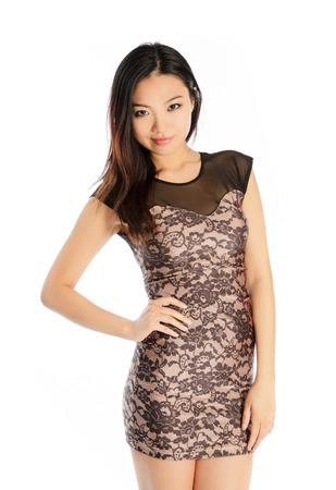vestido de noche: Muchacha asiática atractiva en su veintena aislados sobre un fondo plano plein en un estudio
