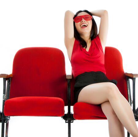 극장에서 그녀의 20 대 매력적인 아시아 소녀 흰색 배경에 격리