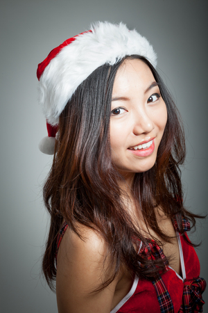 회색 배경에 고립 된 그녀의 20s에 매력적인 섹시 산타 클로스 아시아 여자 스톡 콘텐츠