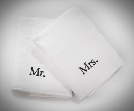 dona: Miss y Mister toallas blancas aislados en un fondo blanco