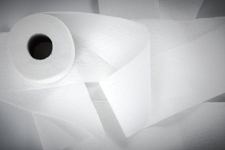 rol toiletpapier geïsoleerd op een witte achtergrond