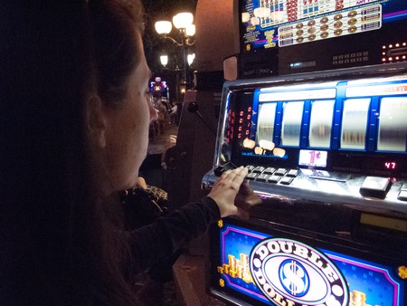Vrouw met behulp van gokautomaat