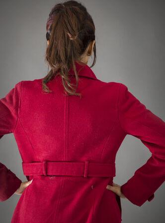 mani sui fianchi: Vista posteriore di una giovane donna indiana in piedi con le braccia akimbo